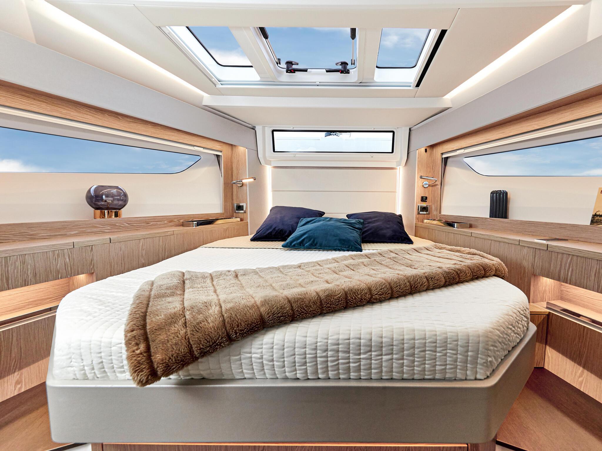 Sealine_C390_Interior_View_18_master_cabin_0001