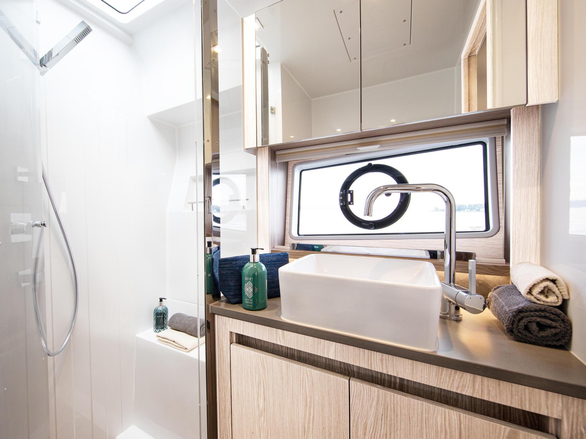 Sealine_C390_Interior_View_22_master_bathroom_0053