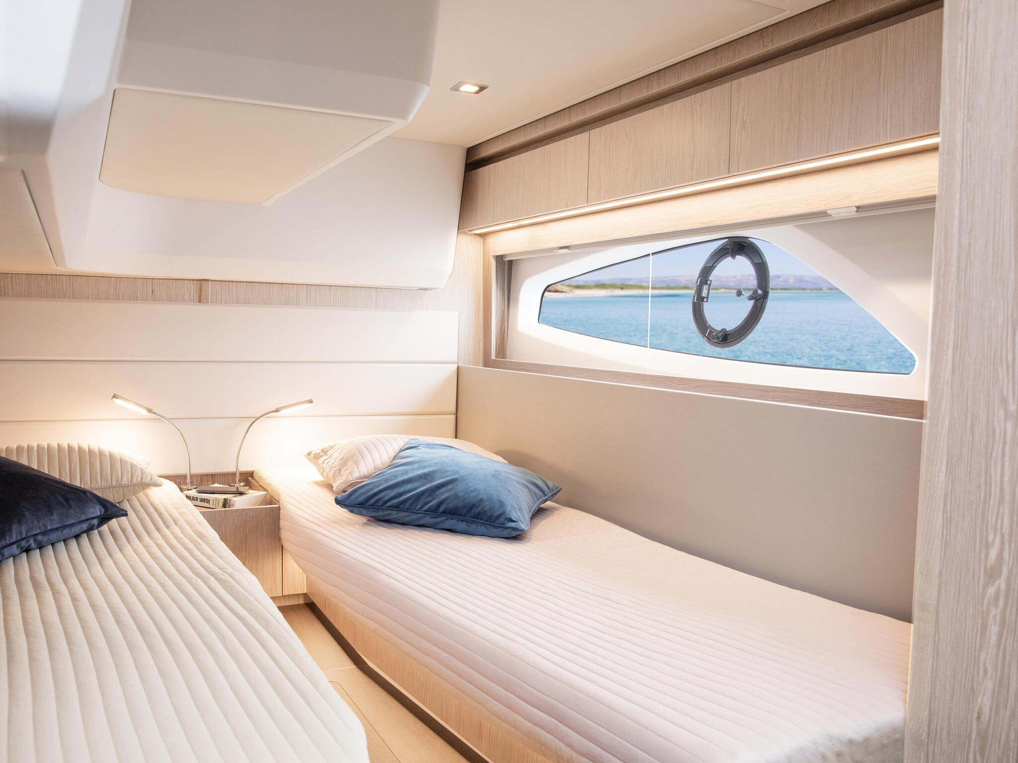 Sealine_C390_Interior_View_23_guest_cabin_0003
