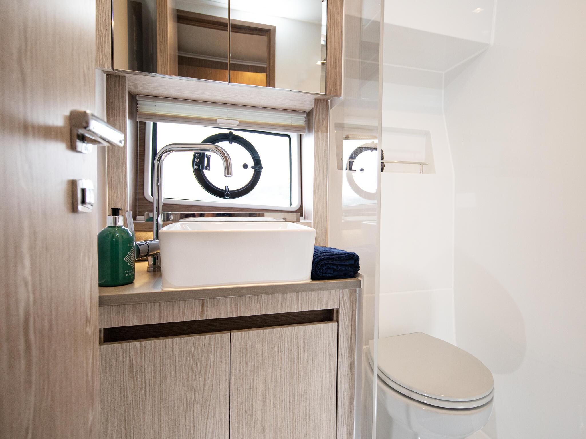 Sealine_C390_Interior_View_25_guest_bathroom_0013
