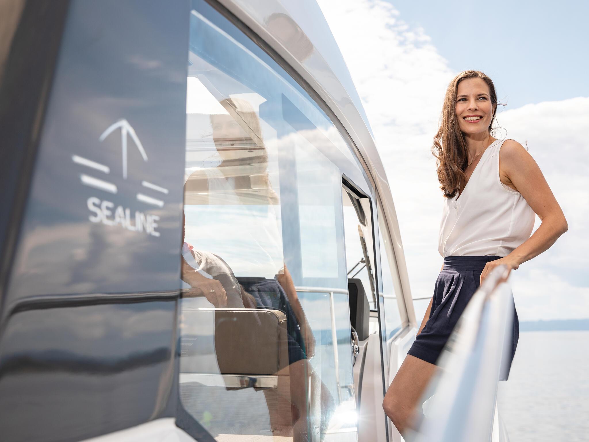 Sealine_C390_Interior_View_26_people_deck_016
