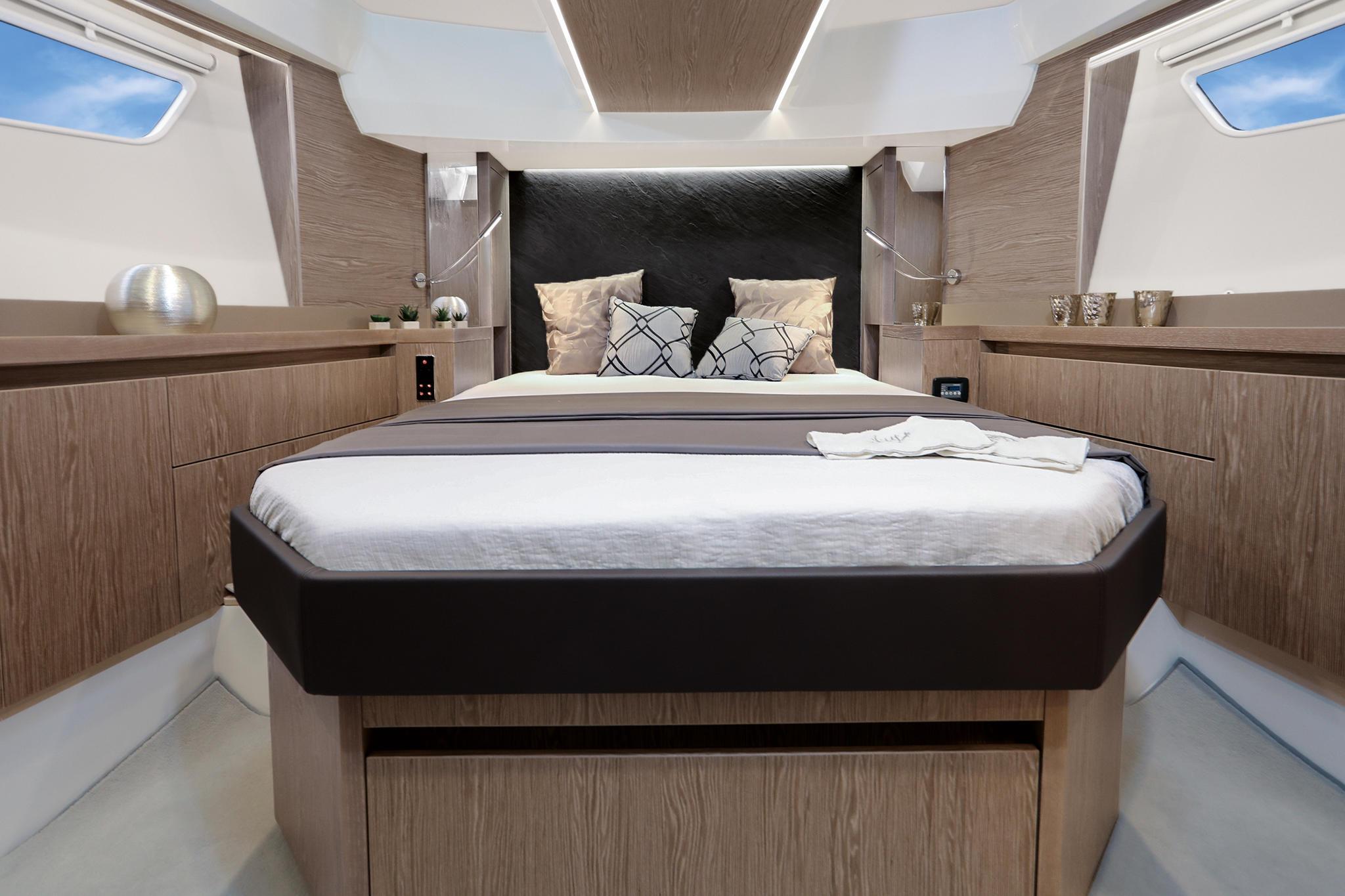 Sealine_F530_Interior_cabin_front_396A8389